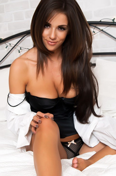 Busty Babe Rachel Williams Strips